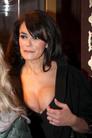 Maria Grazia Cucinotta,dècolletè mozzafiato al Pitti uomo.